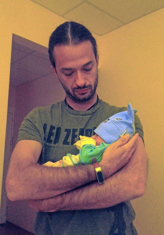 Счастливый папа с новорожденной дочкой