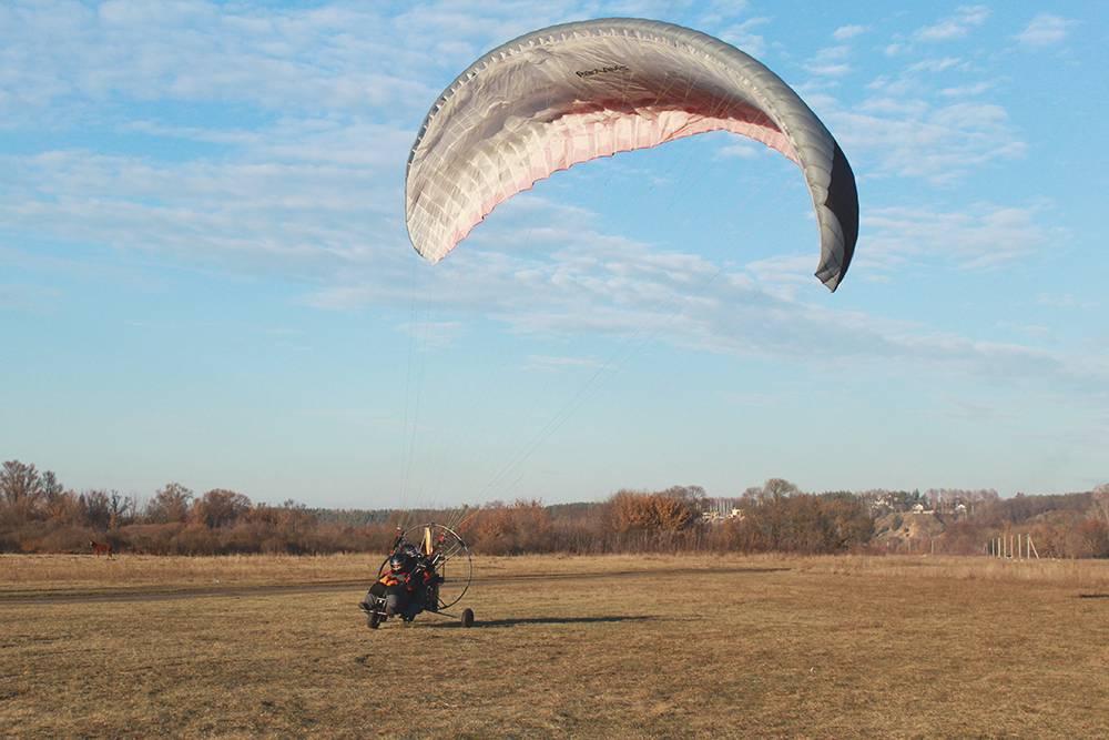 Это мотопараплан с тележкой на двух человек. Мы договорились с пилотом, что он научит меня летать на нем. На фото не видно, но на этом поле летают и другие любители сверхлегкой авиации, например мотодельтапланеристы