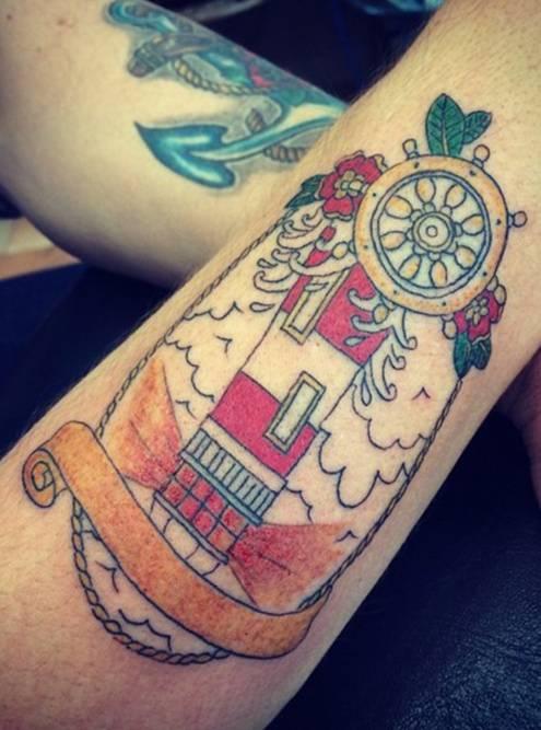 После нанесения контуров мастер закрашивает татуировку