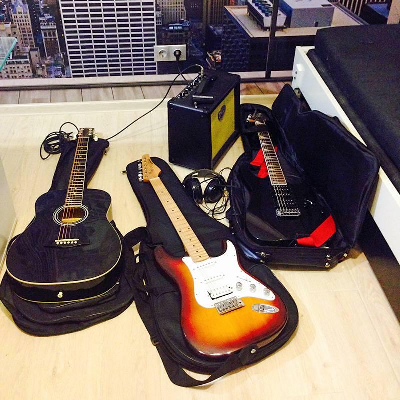 Моя первая, третья и вторая гитары. Фотка старая. Сейчас осталась одна, которая крайняя справа. Еще появился новый комбик