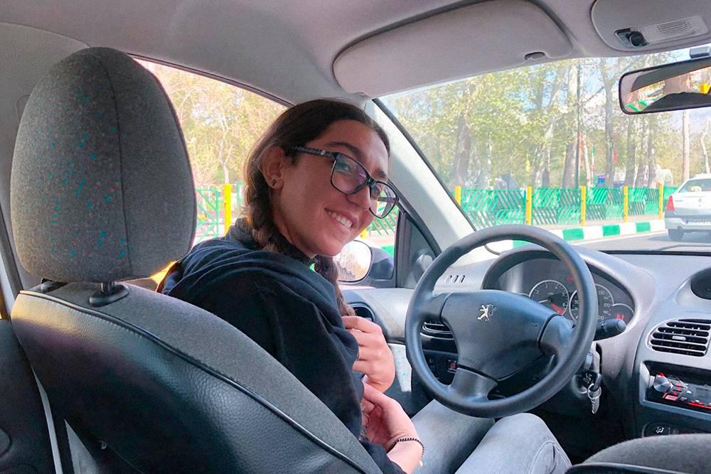 В приложении можно выбрать такси с водителем-женщиной. Но иногда они и просто так приезжают. Вот такая девушка приехала однажды за мной, в машине играла Билли Айлиш
