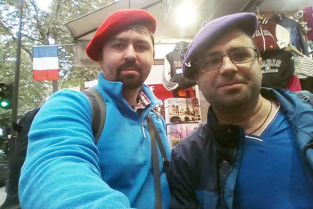 Мы с Алексеем — настоящие парижане. Берет стоит 3€, но покупать его незачем, если можно надеть и сделать селфи бесплатно