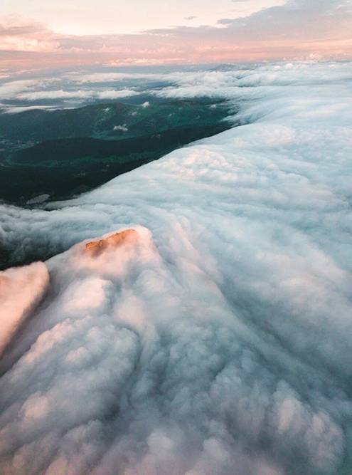 Утром горы утопают в тумане