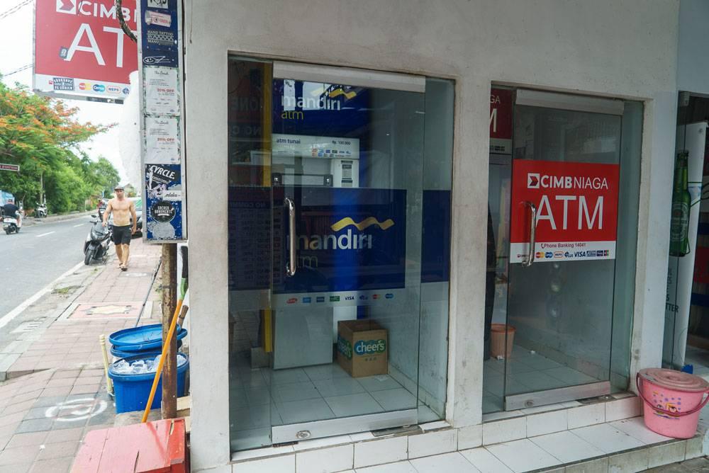 Банкомат на популярной туристической улице — точка притяжения для скиммеров