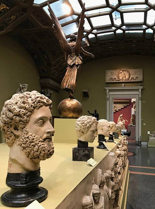 На втором этаже находятся десятки скульптур