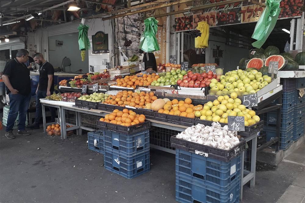 Покупаю фрукты и овощи на рынке