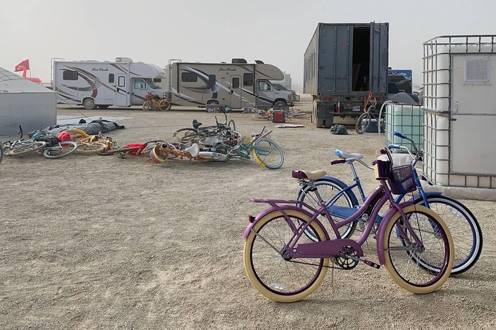 Кто-то берет гироскутеры или электрические моноколеса, но большинство участников передвигаются на велосипедах
