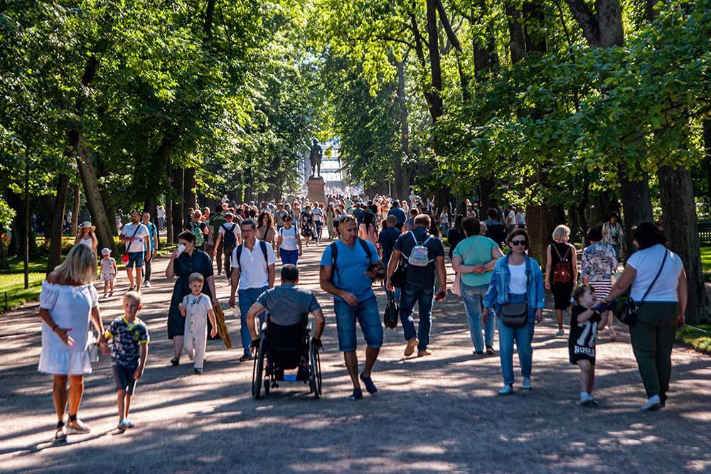 Лучше приезжать в музей-заповедник Петергоф с самого утра: чем позже приедете, тем больше людей уже на подходе к кассам