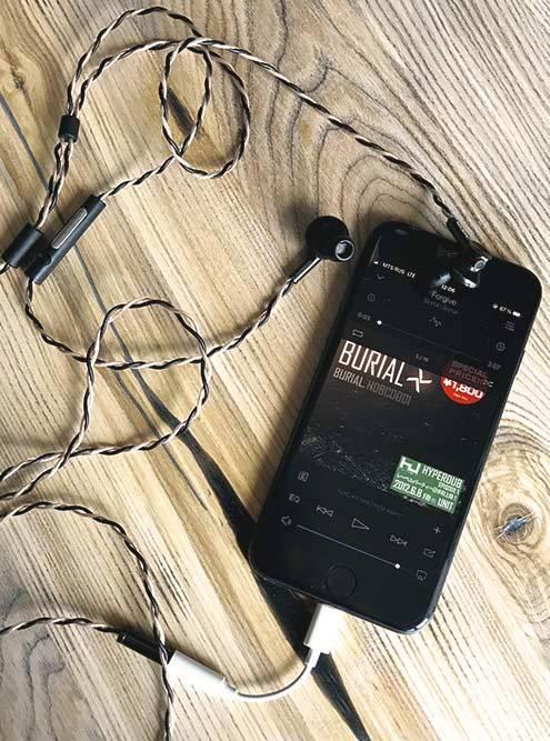 Я подключил Onkyo E700M квосьмому Айфону. Использую этинаушники нетолько длямузыки, но идляразговоров— Айфон определяет ихкак гарнитуру