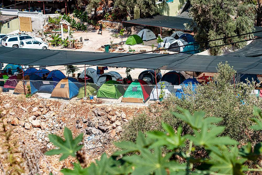 Кемпинг в окрестностях Каша. В таком я бы не хотел жить: здесь тесно и нет деревьев на территории