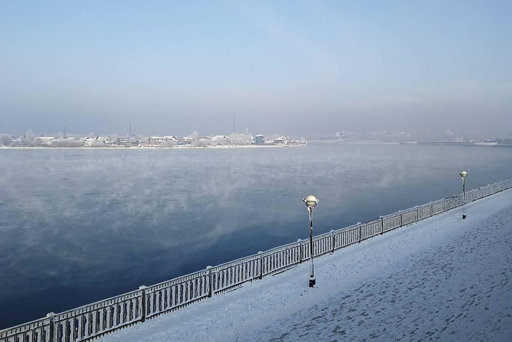 Несмотря на неприятные впечатления, очень запомнилась Ангара, надкоторой вьется дымка, — самое красивое зрелище после Байкала