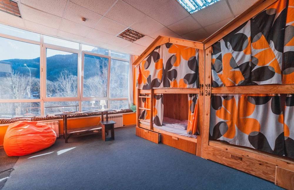 У хостела «Море гор» хорошие отзывы, но расположен он в самом поселке Красная Поляна, в 10 км от «Розы хутор»