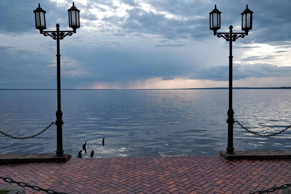 Плещеево озеро в Переславле-Залесском славится невероятными закатами. Ярких красок мы не увидели из-за плохой погоды, но озеро все равно понравилось