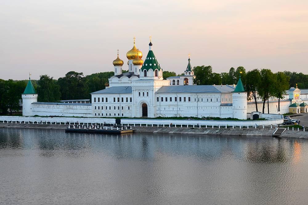 Лучшие виды на монастырь открываются с противоположного берега и моста через реку Кострому. Фото: Kirill Skorobogatko / Shutterstock