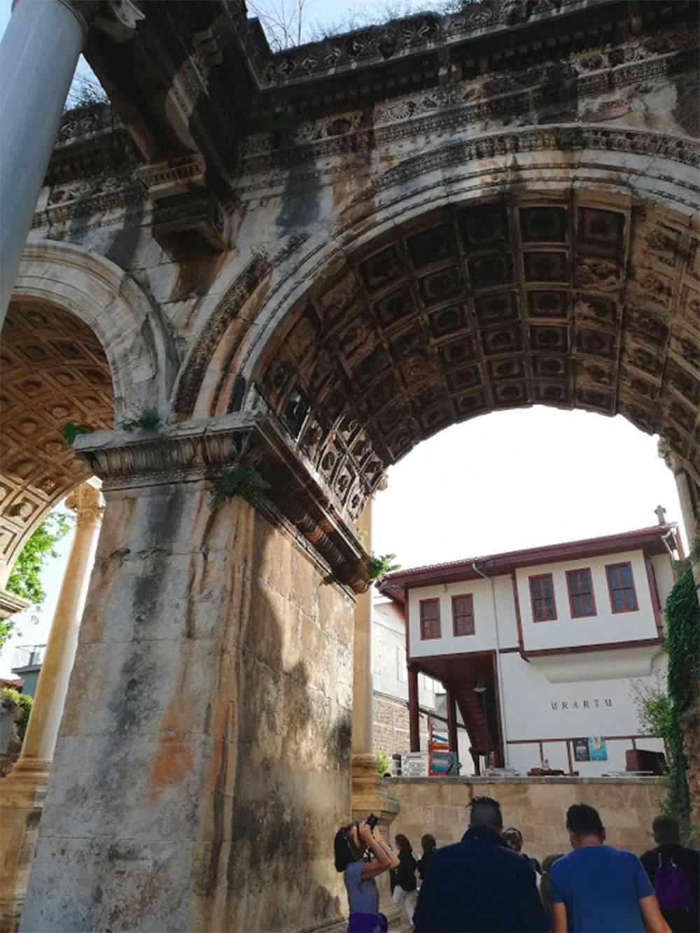 Арка Адриана — уголок античности в центре города