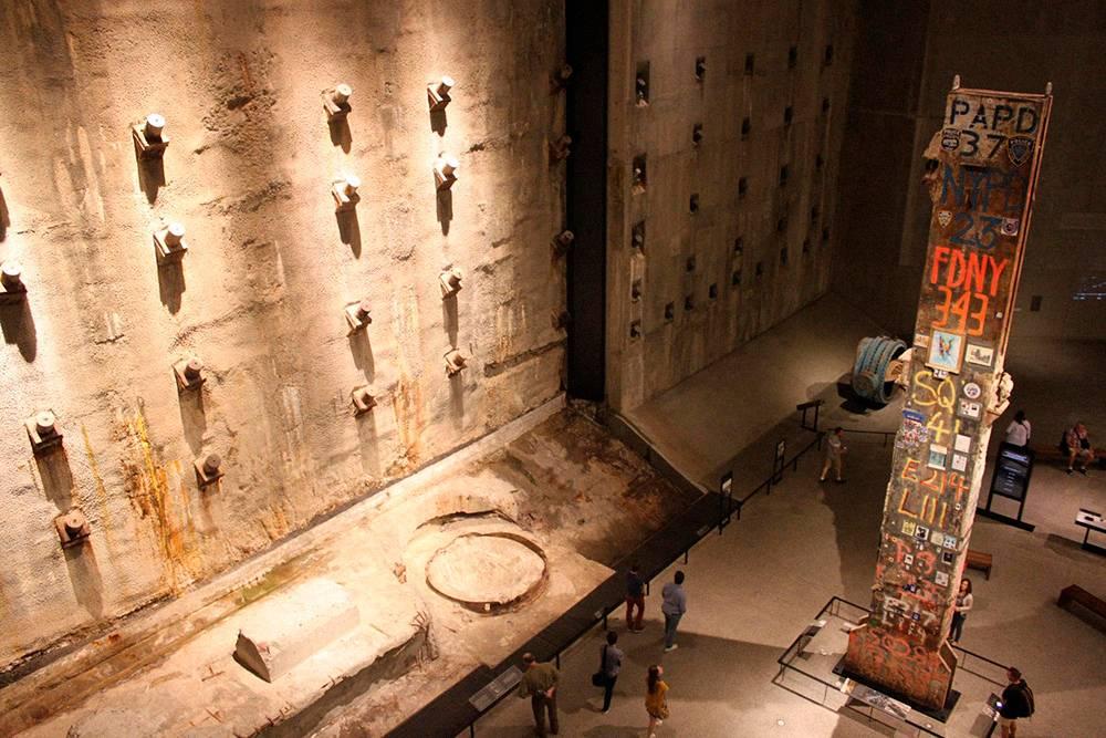 Фрагмент стены, уцелевший после обрушения башен-близнецов, и последняя колонна Всемирного торгового центра
