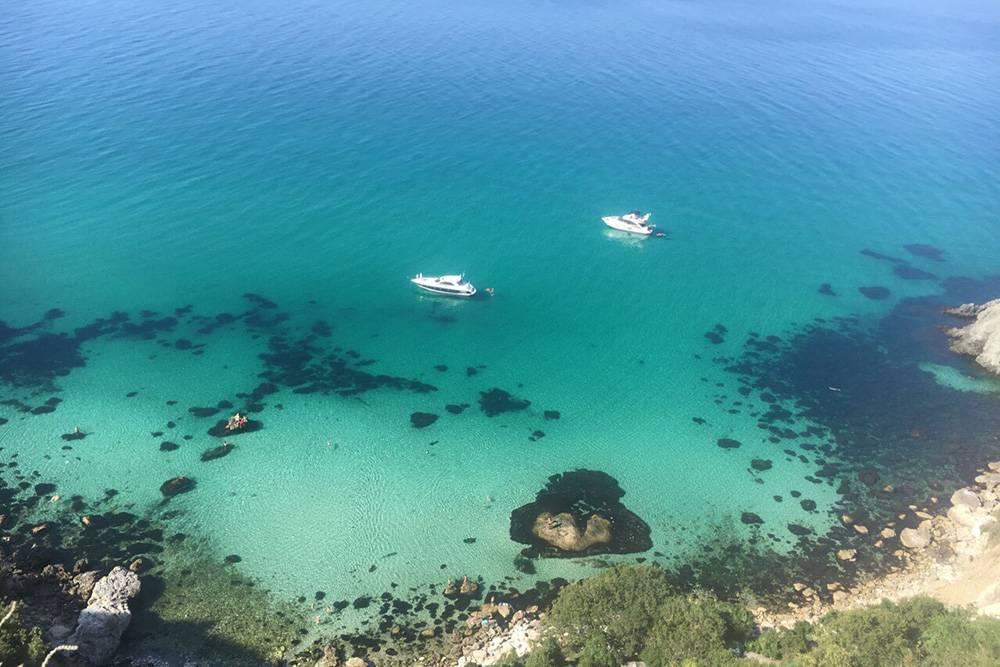 Пляж Баунти. В правой части, скрытой за камнями, купаются нудисты