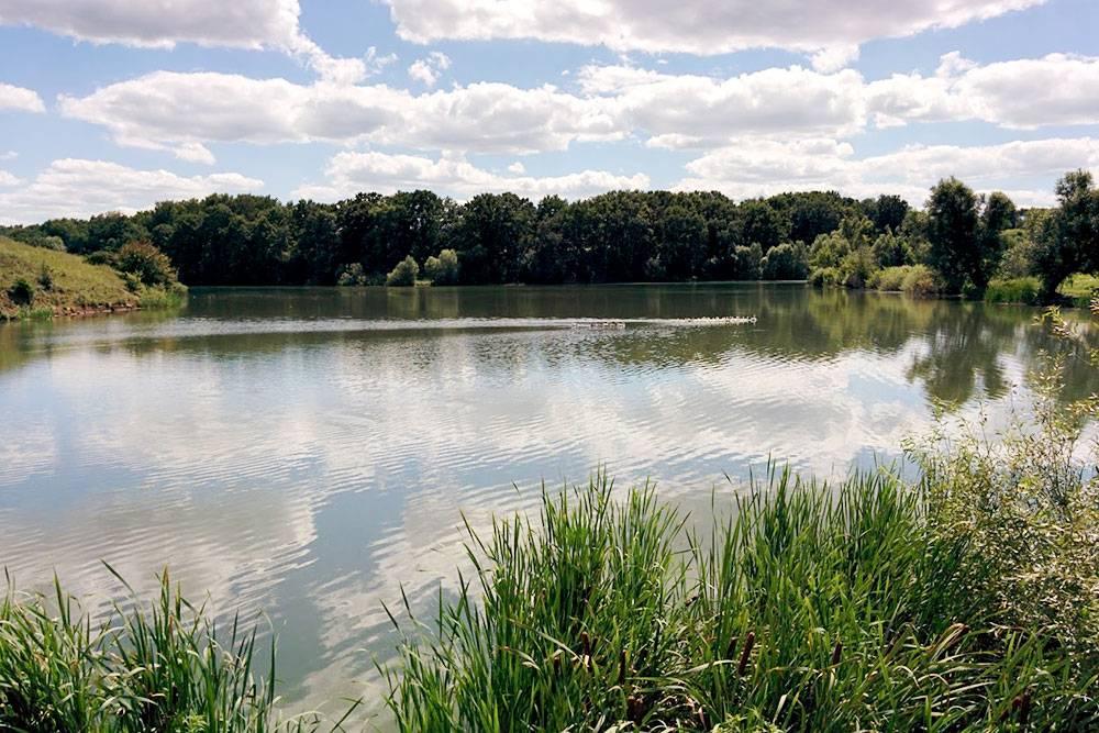 Красная Яруга окружена каскадом озер и речушками. Папа говорит, в егодетстве в любом месте можно было искупаться и поймать рыбу. Сейчас озера разделили дамбами, чтобы проложить дороги, рыбы практически не осталось. Водоемы соединили трубами, но вода течет хуже, озера застаиваются, загрязняются и зарастают