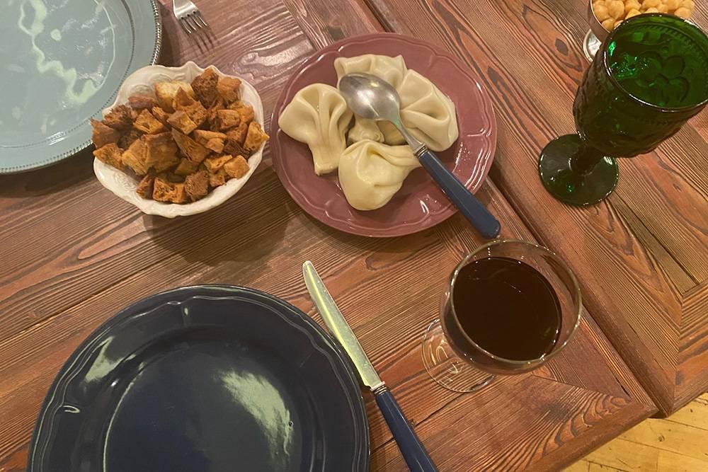 По словам официанта, гости обычно съедают четыре-шесть хинкали. Их традиционно подают с хлебными сухариками и нутом