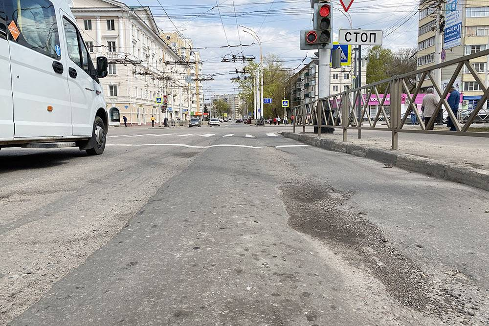 Улица Чичканова. Ямы на дорогах просто засыпали щебнем