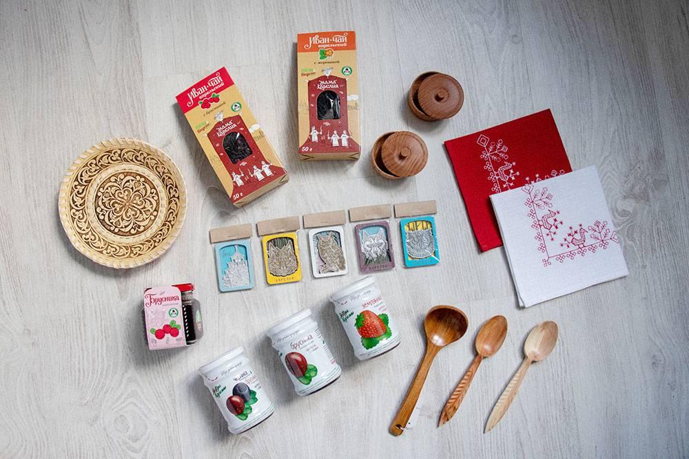 Посуду, варенье и чай продают в сувенирных магазинах. Продукты лучше покупать в супермаркетах — там дешевле