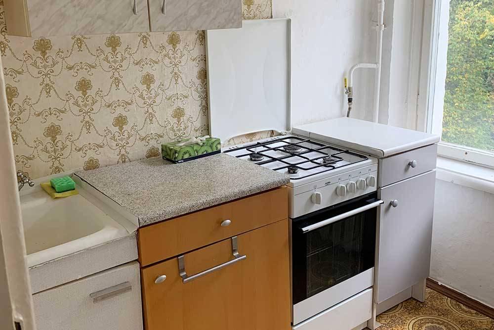 Так выглядела кухня в первой квартире, когда мы туда переехали