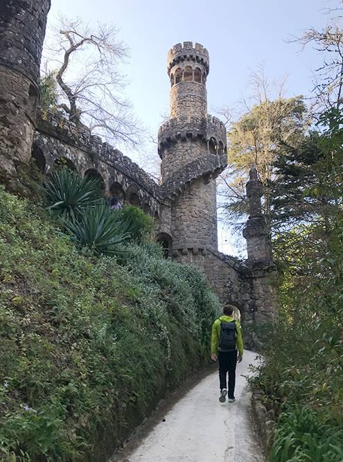 На территории парка встречаются необычные башни