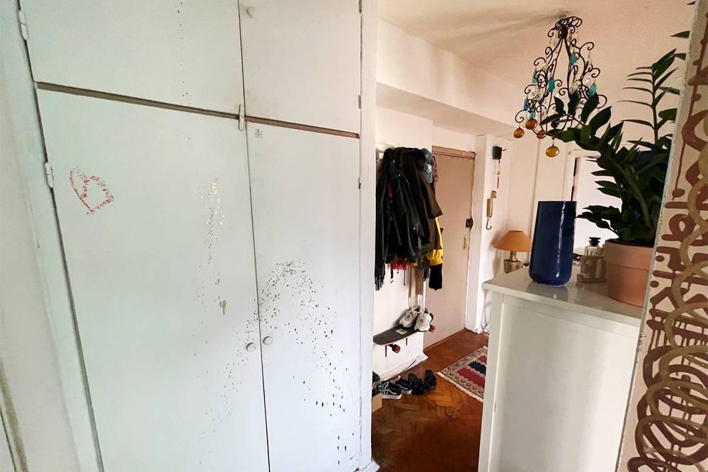 Предыдущие жильцы зачем-то разрисовали шкаф в прихожей странными кляксами