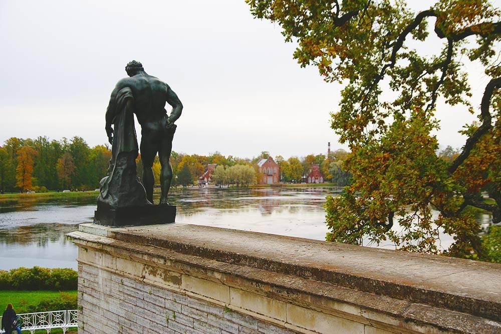 Статуя Геракла — в правой руке он держит золотые яблоки, которые похитил из сада Гесперид. На заднем плане видно Адмиралтейство — следующая точка маршрута