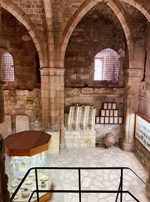 Экспонаты есть не только внутри — во дворе замка хранится пресс дляоливкового масла и остатки древних сооружений