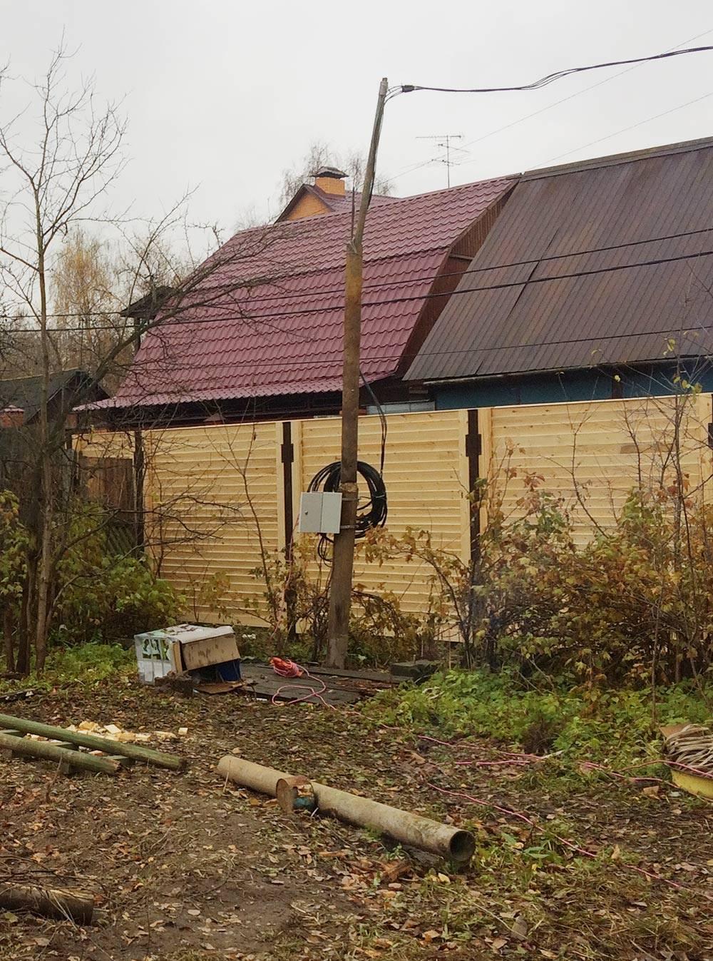 Это наш ссоседями временный столб. Хотим заменить его напостоянный избетона