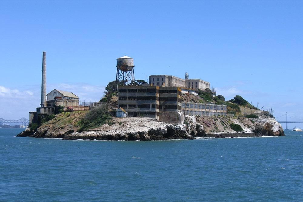 Алькатрас закрыли в 1963 году из-за огромных расходов на содержание заключенных на острове. В 1971 году его сделали частью зоны отдыха, а через два года открыли для туристов. Теперь его ежегодно посещает околомиллиона человек. Все-таки американцам нет равных в бизнесе: даже из тюрьмы сделали доходное предприятие. Источник: Edward Z. Yang / Wikipedia