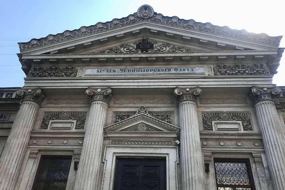 Здание музея выделяется своим стилем среди других построек Севастополя