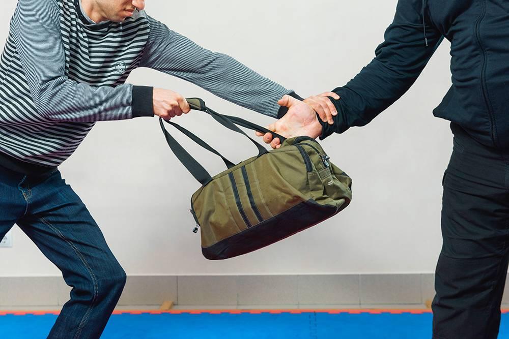 И срываю руку, а не тяну сумку на себя