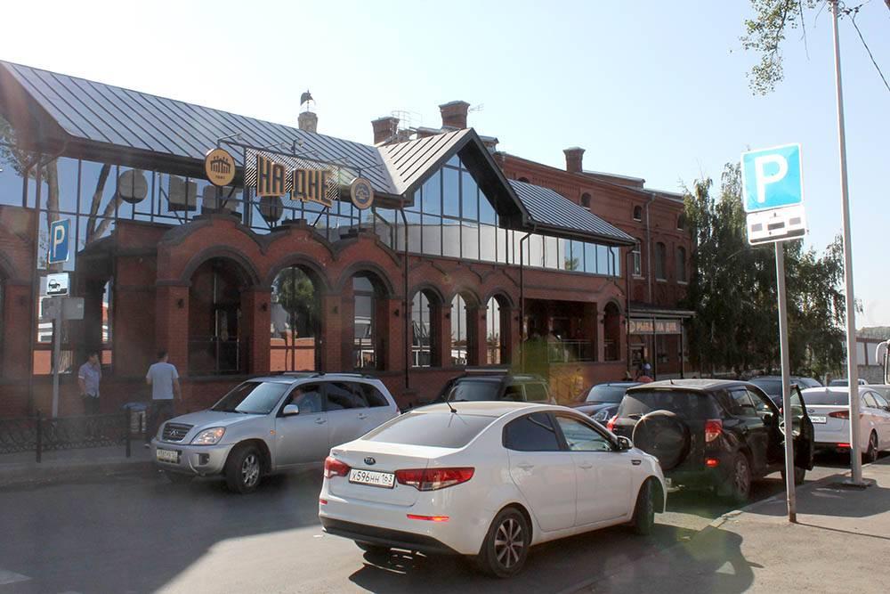 Около завода работают ресторан «У Вакано», бар «На дне» и магазин с разливным пивом