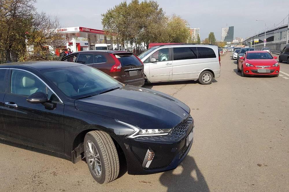 Наш автомобиль через неделю после покупки. Когда мы определились с маркой и комплектацией, то обзвонили несколько салонов. Мы сказали, что готовы купить автомобиль в тот&nbsp;же день, если стоимость дополнительных опций не превысит 100 000<span class=ruble>Р</span> и есть готовый ПТС. Мы нашли такую машину во втором салоне