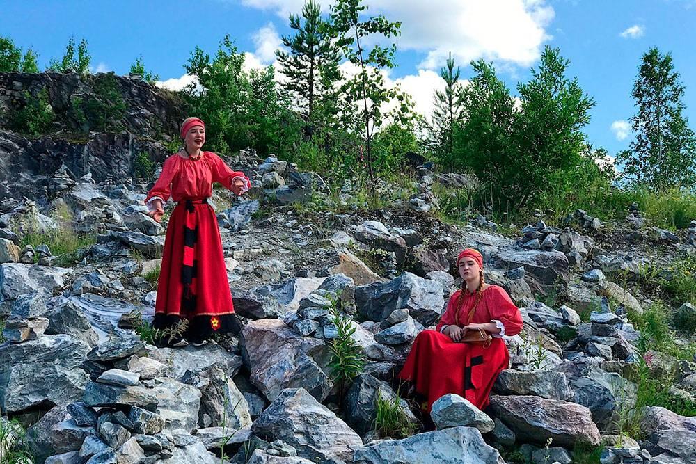 Когда мы гуляли по территории, встретили девушек в национальных костюмах. Одна пела, а вторая играла на традиционном карельском музыкальном инструменте кантеле. Примерно в такие же костюмы одеты экскурсоводы
