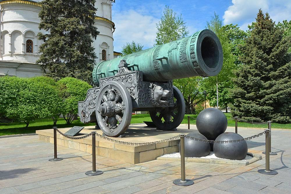 Здесьже расположен Царь-колокол, от которого во время Троицкого пожара в 1737году откололся кусок весом 11,5тонны