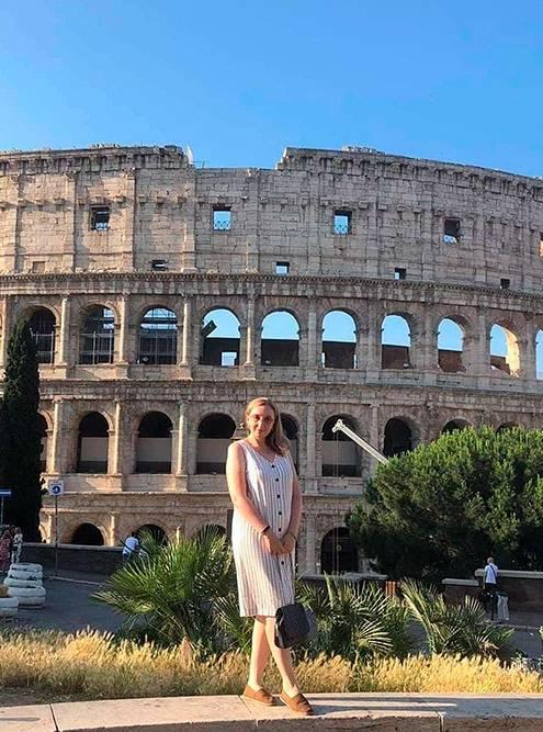 Место, с которого открывается хороший вид на Колизей. Чтобы попасть сюда, нужно от станции метро «Колизей» пройти вперед 50 метров в сторону Пьяцца-дель-Колизео и подняться на холм по лестнице слева