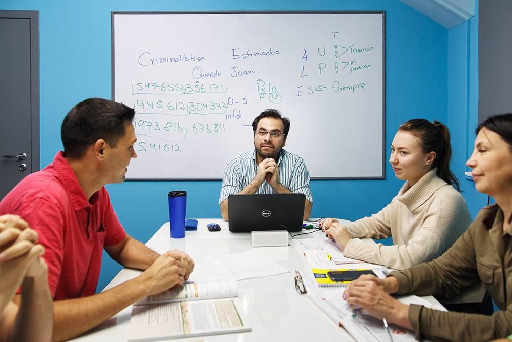 В группе занимается не больше 8 человек. Это самое комфортное и эффективное с точки зрения обучения количество людей