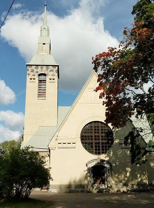 Недалеко от церкви находится финское кладбище, памятник павшим в Советско-финской войне с именами героев и памятник «Примирение»