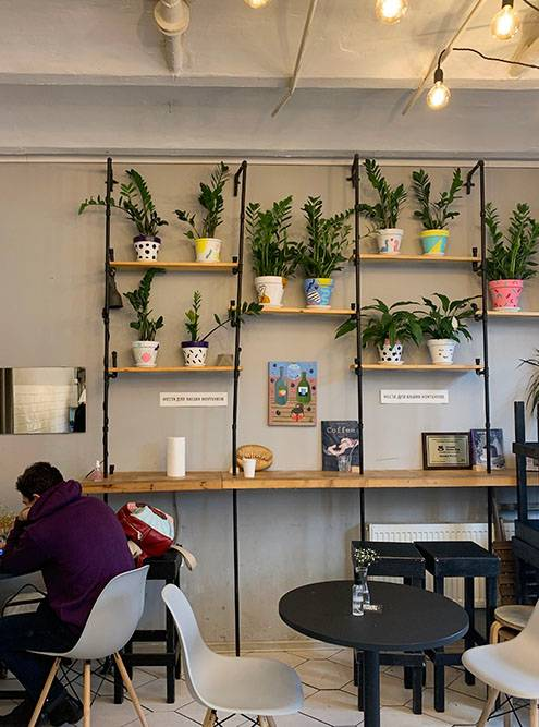 Стойка у стены — это место дляработы за ноутбуком. Источник:Александра Лученинова