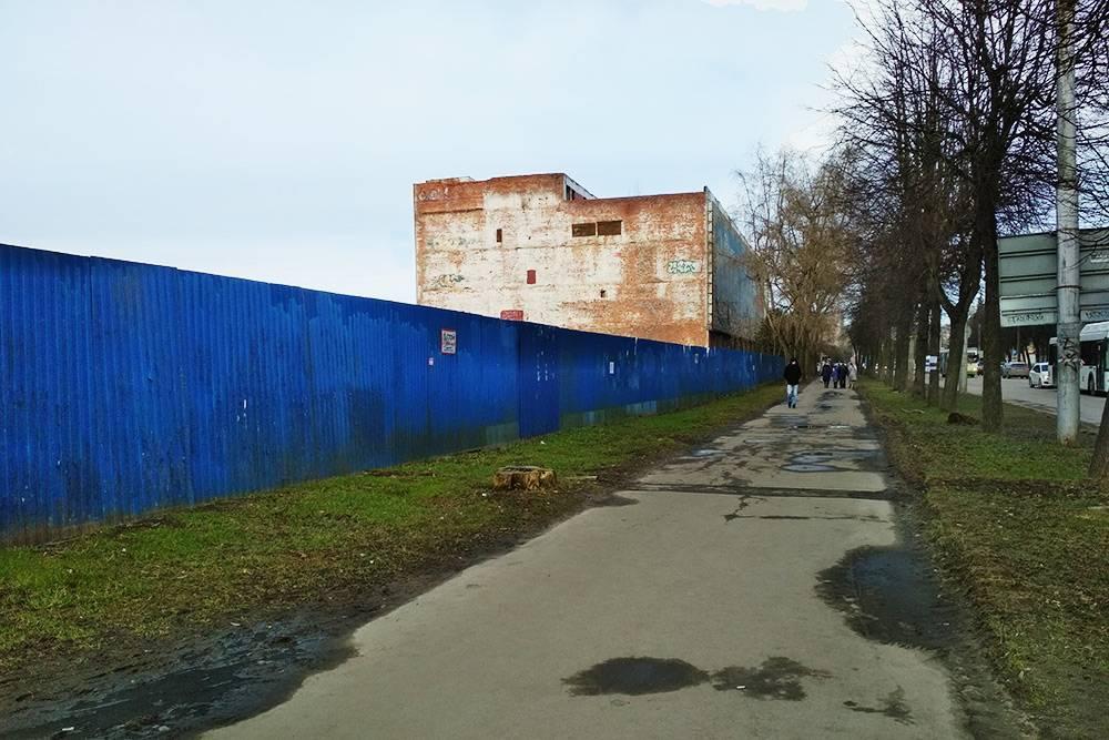 На окраинах города до сих пор сохранились заброшенные промзоны
