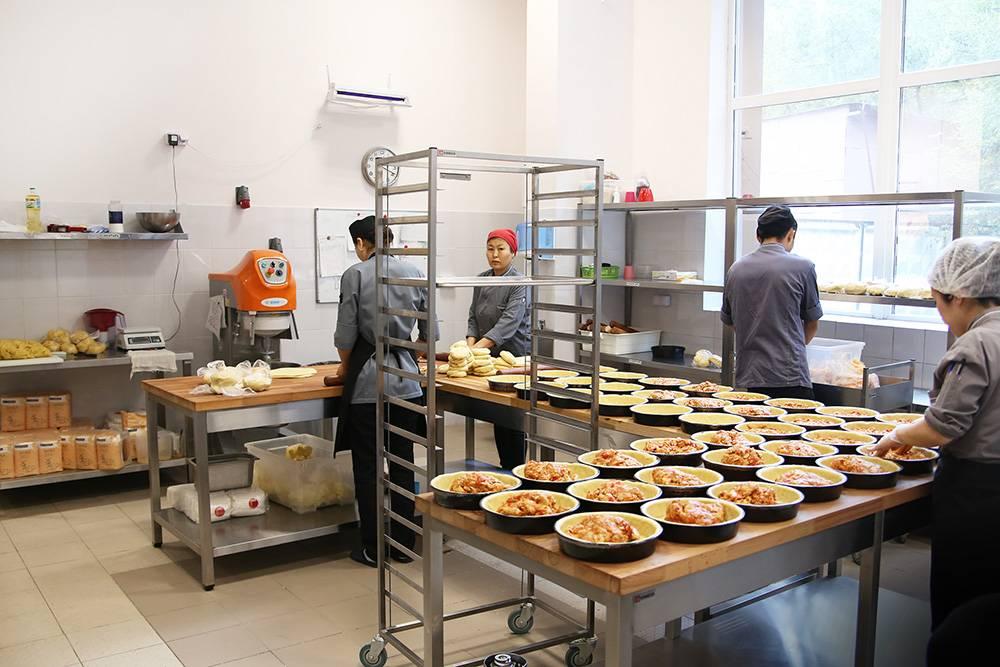 По расчетам, производственные мощности позволяют производить около 1000 пирогов в день, потому что одновременно в печах может выпекаться 280 штук. Но сейчас в день редко выходит больше 300. Чтобы выпекать больше, нужно закупить дополнительное оборудование, нанять больше персонала и увеличить продажи