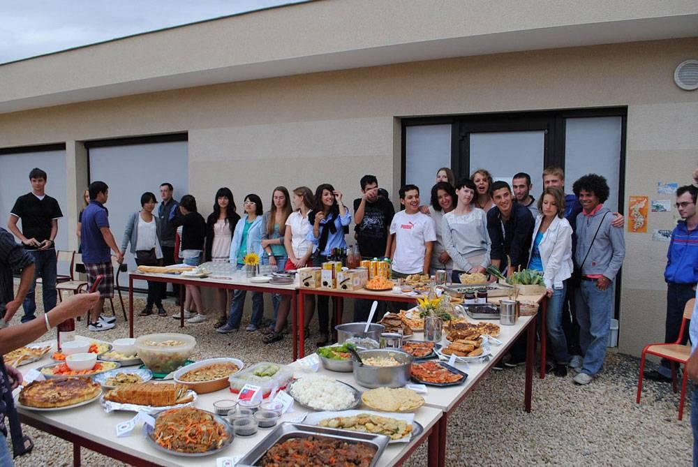 А вот и сама вечеринка. Каждый волонтер приготовил свое национальное блюдо