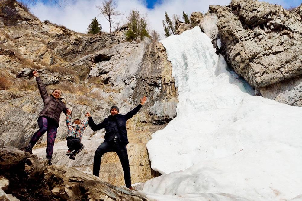 Неподготовленный человек может решить, что на фото зима, но это май. Просто лето на Алтай еще не пришло, и водопад не успел растаять