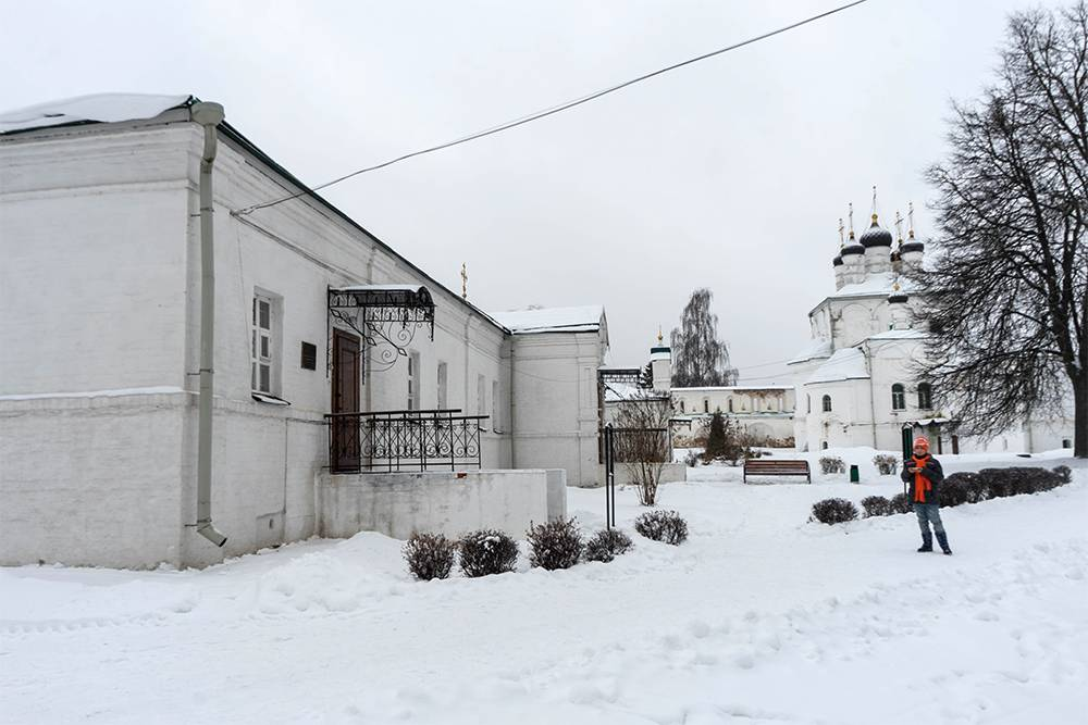 Это больничный корпус, а на заднем плане видны черные главки Успенской церкви