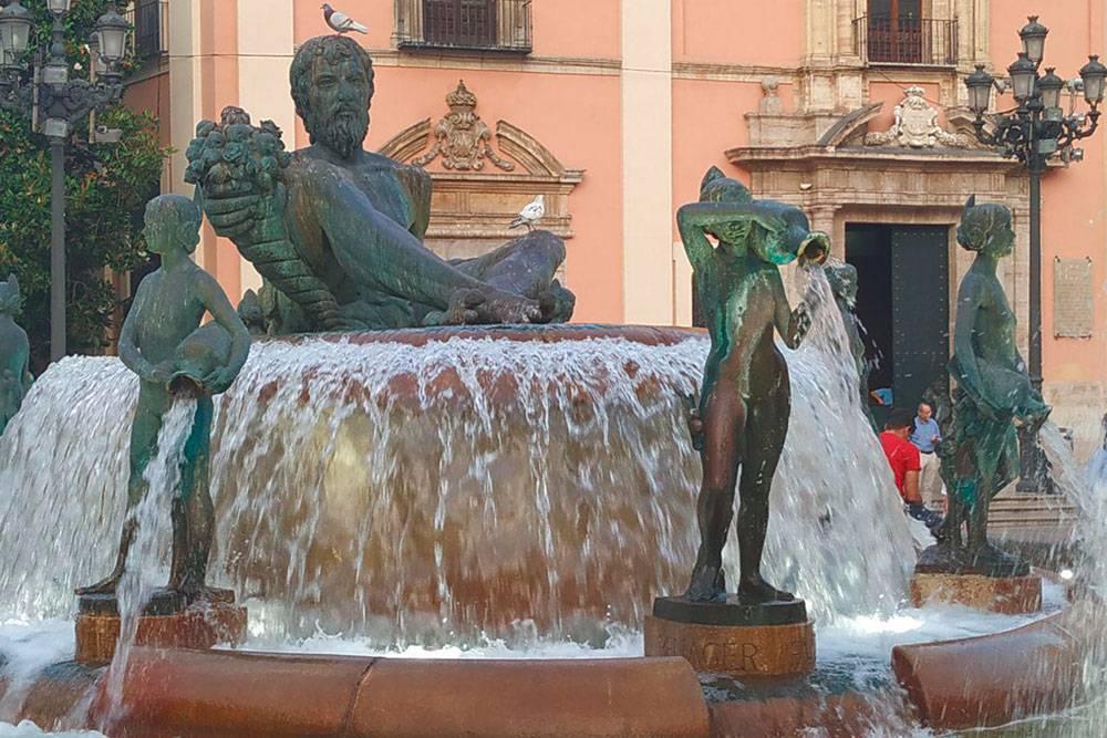 В центре площади находится фонтан, символизирующий местную реку Турию. «Река» на испанском мужского рода, поэтому здесь ее изобразили в виде гигантского мужчины