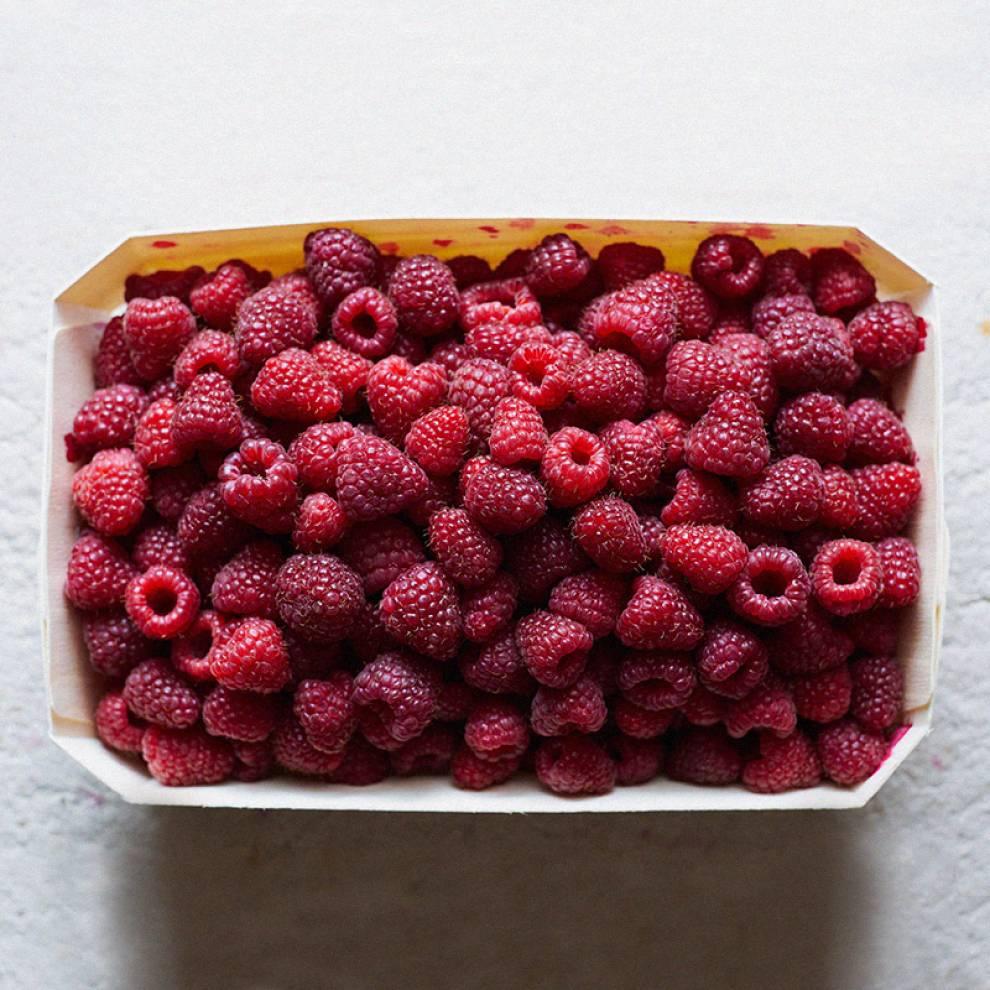 Также поотгибайте края коробки: если много подавленных ягод — не берем
