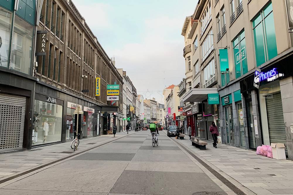 Улица с магазинами в воскресенье — все закрыто